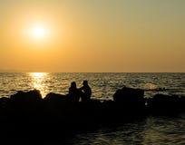 Ρομαντικό βράδυ ερωτευμένης απόλαυσης ζεύγους στην παραλία Στοκ Φωτογραφίες