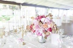 Ρομαντικό γαμήλιο κεντρικό τεμάχιο στοκ φωτογραφία με δικαίωμα ελεύθερης χρήσης