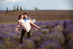 Ρομαντικό γεύμα εραστών σε έναν lavender τομέα Στοκ Εικόνα
