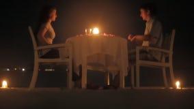 Ρομαντικό γεύμα με τα κεριά απόθεμα βίντεο