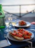 Ρομαντικό γεύμα στο ηλιοβασίλεμα στη θάλασσα Στοκ Φωτογραφίες