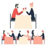 Ρομαντικό γεύμα Τα ευτυχή ζεύγη που κάθονται στο εστιατόριο παρουσιάζουν ελεύθερη απεικόνιση δικαιώματος