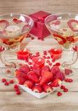 Ρομαντικό γεύμα την ημέρα του βαλεντίνου Ένα πιάτο υπό μορφή καρδιάς με τις φράουλες, και κεριά υπό μορφή καρδιάς στοκ φωτογραφίες