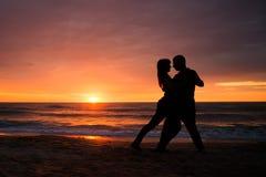 Ρομαντικό ζεύγος θαλασσίως Sillhouettes Στοκ Φωτογραφίες