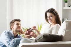 Ρομαντικό ζεύγος με το παρόν στοκ φωτογραφίες με δικαίωμα ελεύθερης χρήσης