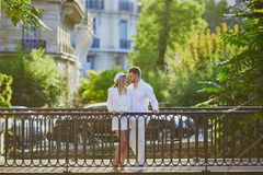 Ρομαντικό ζεύγος που έχει μια ημερομηνία στο Παρίσι Στοκ φωτογραφίες με δικαίωμα ελεύθερης χρήσης