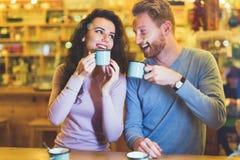 Ρομαντικό ζεύγος που έχει την ημερομηνία στη καφετερία στοκ φωτογραφίες με δικαίωμα ελεύθερης χρήσης
