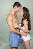 Ρομαντικό ζεύγος που αγκαλιάζει στο λουτρό Στοκ εικόνες με δικαίωμα ελεύθερης χρήσης