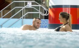 Ρομαντικό ζεύγος που απολαμβάνει θερμικό bath spa και το κέντρο wellness Στοκ Φωτογραφία