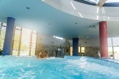 Ρομαντικό ζεύγος που απολαμβάνει θερμικό bath spa και το κέντρο wellness Στοκ Φωτογραφίες