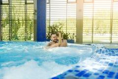 Ρομαντικό ζεύγος που απολαμβάνει θερμικό bath spa και το κέντρο wellness Στοκ φωτογραφίες με δικαίωμα ελεύθερης χρήσης