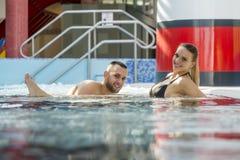 Ρομαντικό ζεύγος που απολαμβάνει θερμικό bath spa και το κέντρο wellness Στοκ φωτογραφία με δικαίωμα ελεύθερης χρήσης