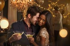 Ρομαντικό ζεύγος που απολαμβάνει το κόμμα κοκτέιλ από κοινού Στοκ φωτογραφία με δικαίωμα ελεύθερης χρήσης