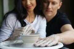 Ρομαντικό ζεύγος που εργάζεται στη ρόδα αγγειοπλαστών Στοκ Εικόνες