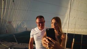 Ρομαντικό ζεύγος που κάνει selfie κατά τη διάρκεια της κρουαζιέρας απόθεμα βίντεο