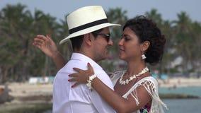 Ρομαντικό ζεύγος που χορεύει και ερωτευμένο απόθεμα βίντεο