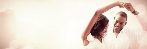 Ρομαντικό ζεύγος που χορεύει και που χαμογελά στοκ εικόνες με δικαίωμα ελεύθερης χρήσης
