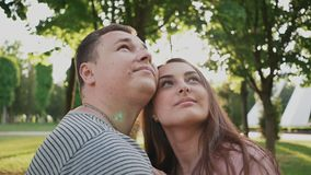 Ρομαντικό ζεύγος σε ένα πράσινο θερινό πάρκο Είναι στενοί ο ένας στον άλλο Ανατρέχουν ευτυχής από κοινού Καλοκαίρι _ απόθεμα βίντεο