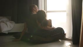 Ρομαντικό ζεύγος στα εσωτερικά ενδύματα που κάθεται στο πάτωμα το πρωί Όμορφοι νέοι ενήλικοι καυκάσιοι γυναίκα και άνδρας απόθεμα βίντεο