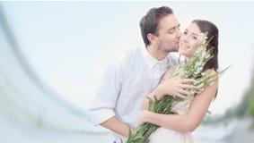 Ρομαντικό ζεύγος στην παραλία Στοκ φωτογραφία με δικαίωμα ελεύθερης χρήσης