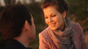 Ρομαντικό ζεύγος στην παραλία στο ζωηρόχρωμο ηλιοβασίλεμα στο υπόβαθρο απόθεμα βίντεο