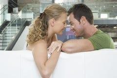 Ρομαντικό ζεύγος στον καναπέ στο καθιστικό στοκ φωτογραφία