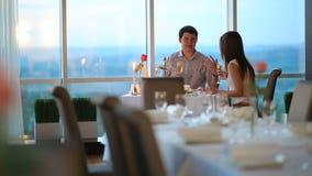 Ρομαντικό ζεύγος στον καφέ φιλμ μικρού μήκους