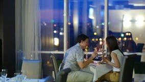 Ρομαντικό ζεύγος στον καφέ απόθεμα βίντεο