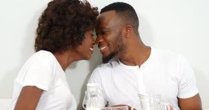 Ρομαντικό ζεύγος στο κρεβάτι με το δίσκο προγευμάτων απόθεμα βίντεο