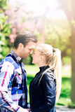 Ρομαντικό ζεύγος στο πάρκο τόσο κοντά ο ένας στον άλλο Στοκ εικόνες με δικαίωμα ελεύθερης χρήσης