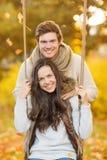 Ρομαντικό ζεύγος στο πάρκο φθινοπώρου στοκ εικόνα με δικαίωμα ελεύθερης χρήσης