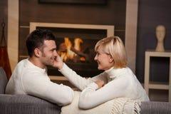 Ρομαντικό ζεύγος στο σπίτι Στοκ φωτογραφία με δικαίωμα ελεύθερης χρήσης