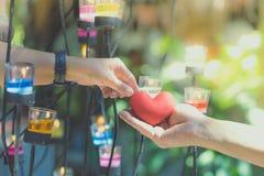 Ρομαντικό ζεύγος την ημέρα βαλεντίνων Η ευτυχής χαρούμενη γυναίκα που δίνει την καρδιά ανδρών διαμορφώνει λίγο μαξιλάρι σε ένα φω στοκ εικόνες με δικαίωμα ελεύθερης χρήσης