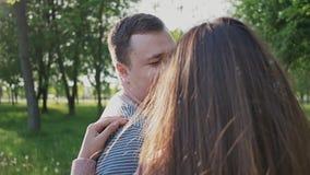 Ρομαντικό ζεύγος το καλοκαίρι σε ένα πάρκο μεταξύ των ψηλών πράσινων δέντρων Εξετάζουν ο ένας τον άλλον μάτια ` s ευτυχής από κοι απόθεμα βίντεο
