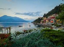 Ρομαντικό ηλιοβασίλεμα σε Varenna, ένα όμορφο χωριό στις ακτές της λίμνης Como, Ιταλία Στοκ εικόνες με δικαίωμα ελεύθερης χρήσης