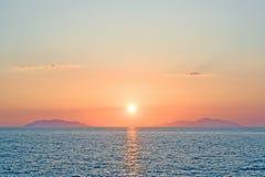 Ρομαντικό ηλιοβασίλεμα πέρα από τα eolian νησιά Σικελία Ιταλία Στοκ Εικόνες