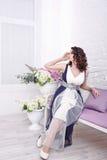 Ρομαντικό κορίτσι με τα λουλούδια Στοκ φωτογραφία με δικαίωμα ελεύθερης χρήσης