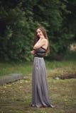 Ρομαντικό κορίτσι ομορφιάς υπαίθρια Εφηβικό πρότυπο με το περιστασιακό φόρεμα στο πάρκο Φύσηγμα μακρυμάλλες Στοκ εικόνες με δικαίωμα ελεύθερης χρήσης