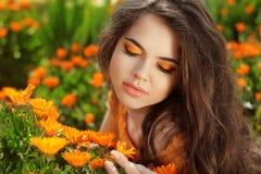 Ρομαντικό κορίτσι ομορφιάς υπαίθρια. Μάτι makeup. Όμορφος εφηβικός νεαρός δικυκλιστής Στοκ Φωτογραφίες
