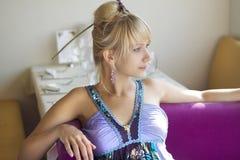 Ρομαντικό κορίτσι που στηρίζεται στον καφέ Στοκ Φωτογραφίες