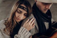 Ρομαντικό κορίτσι brunette hipster στο αγκάλιασμα ενδυμάτων boho όμορφο Στοκ φωτογραφίες με δικαίωμα ελεύθερης χρήσης