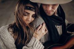 Ρομαντικό κορίτσι brunette hipster στο αγκάλιασμα ενδυμάτων boho όμορφο Στοκ εικόνες με δικαίωμα ελεύθερης χρήσης