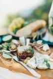 Ρομαντικό μεσημεριανό γεύμα με δύο πράσινα γυαλιά Στοκ Εικόνες