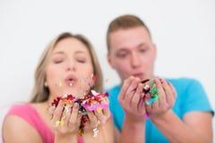 Ρομαντικό νέο γιορτάζοντας κόμμα ζευγών με το κομφετί Στοκ Εικόνα