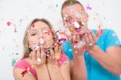 Ρομαντικό νέο γιορτάζοντας κόμμα ζευγών με το κομφετί Στοκ εικόνες με δικαίωμα ελεύθερης χρήσης