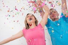 Ρομαντικό νέο γιορτάζοντας κόμμα ζευγών με το κομφετί Στοκ Φωτογραφία
