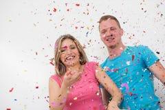 Ρομαντικό νέο γιορτάζοντας κόμμα ζευγών με το κομφετί Στοκ εικόνα με δικαίωμα ελεύθερης χρήσης