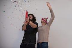 Ρομαντικό νέο γιορτάζοντας κόμμα ζευγών με το κομφετί Στοκ Φωτογραφίες