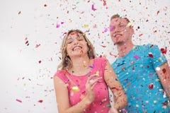 Ρομαντικό νέο γιορτάζοντας κόμμα ζευγών με το κομφετί Στοκ Εικόνες