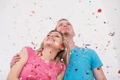 Ρομαντικό νέο γιορτάζοντας κόμμα ζευγών με το κομφετί Στοκ φωτογραφίες με δικαίωμα ελεύθερης χρήσης